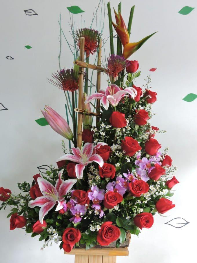 Rosas rojas con flores lilas