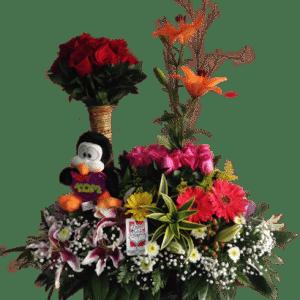 Arreglo floral de rosas, flores exóticas y peluche
