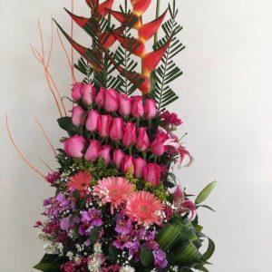 Rosas moradas, lilas, aves del paraíso