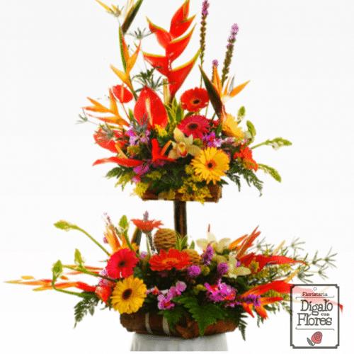 Arreglo de flores multicolor de dos pisos, bases de madera