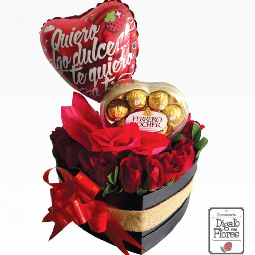 Corazón de rosas rojas, con globos y chocolates