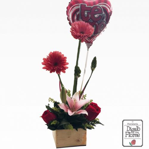 Arreglo floral tipo Ikebana con globo y rosas