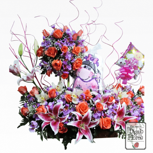Arreglo floral de tonos rosas, acompañado de globos