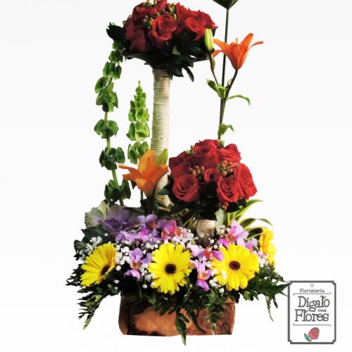 Arreglo floral con rodas rojas, lilas y flores amarillas