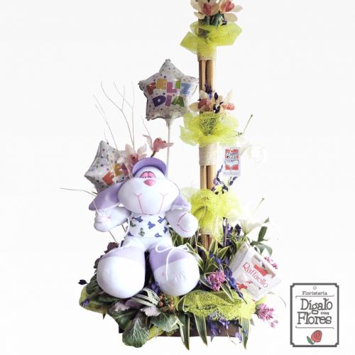 Arreglo floral con chocolates blancos, peluche y globos