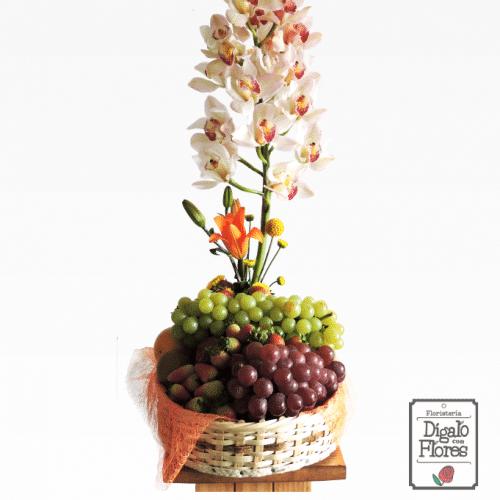 Canasta de frutas con orquídeas cymbidium
