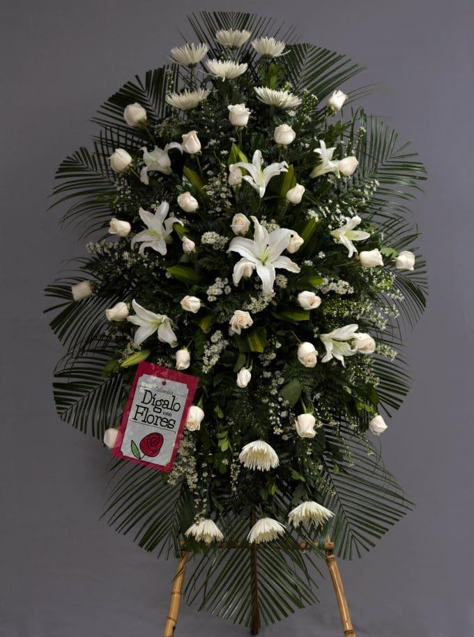 Corona funebre, litios blancos y rosas
